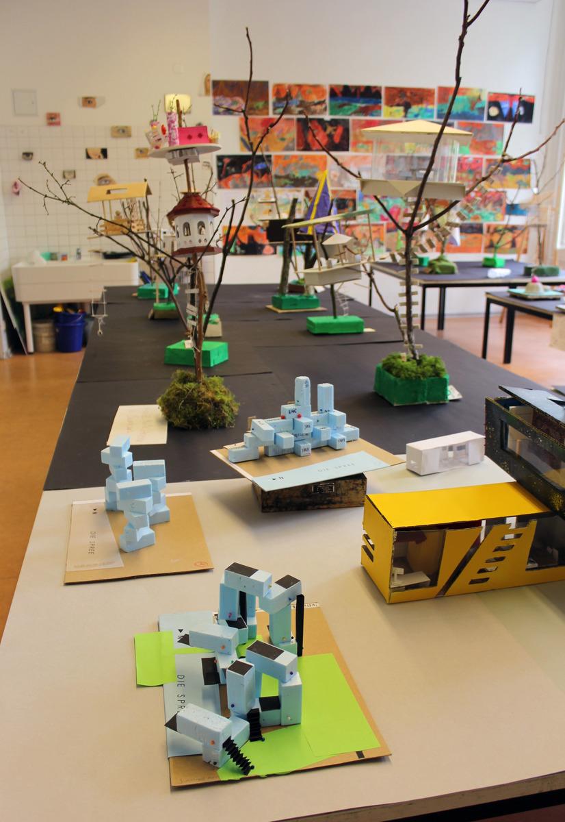 Blick In Die Ausstellung Mit Arbeiten Des Grundkurs Kunst Und Der Klasse 8A
